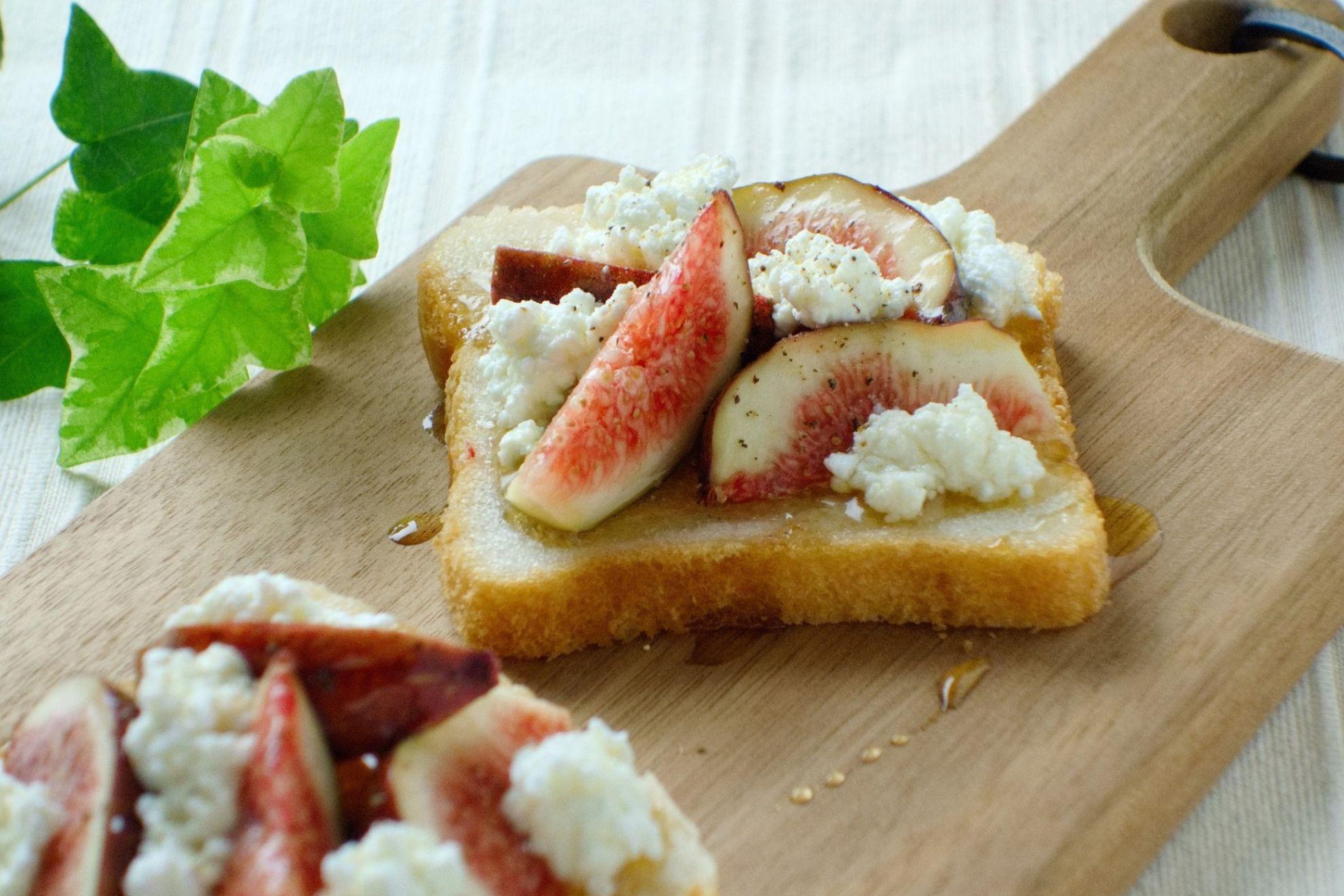 旬のフルーツで『いちじくとカッテージチーズのオープンサンド』