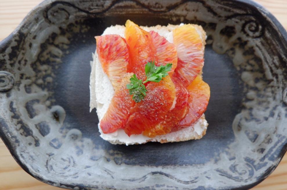 オレンジとクリームチーズで作る『米粉パンのフルーツサンド』